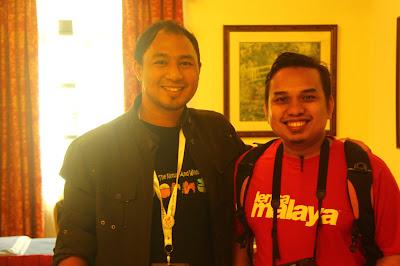 Cikgu Hailmi bergambar kenangan dengan Saiful Nang semasa Kem Pembangunan Remaja Kreatif SKMM 2012
