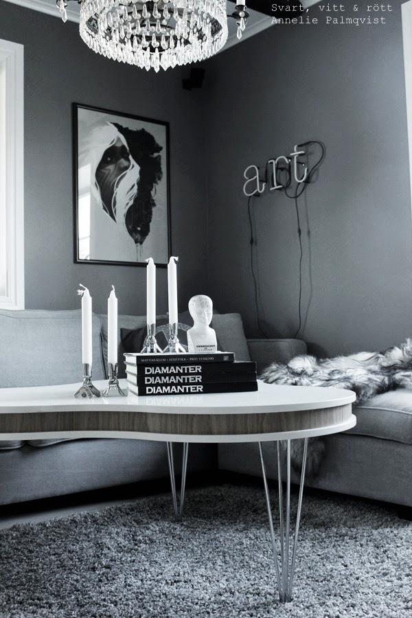 treklöver soffbord, furniturebox, inredning i vardagsrum, soffbord, vitt, vita, grått, gråa, detlajer på bord, stilleben med böcker, neonljus, neon på väggen, neonbokstäver, tavla vardagsrum, grå tjock matta, gråmålade väggar i vardagsrummet, klämljusstaktar, betonggruvan, webbutik, skulptur,