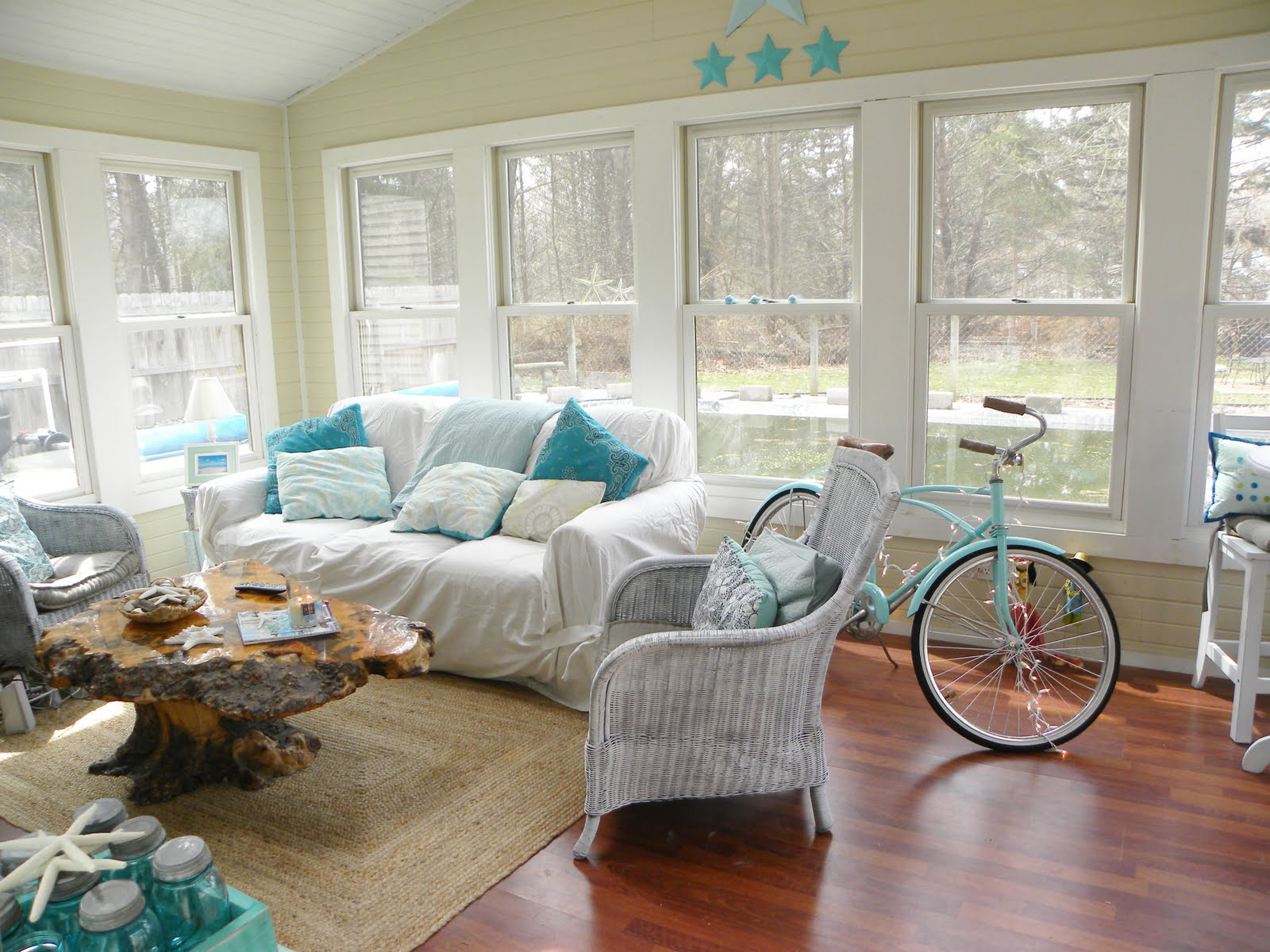 Simple daisy beach cottage design for Beach house decorating ideas photos