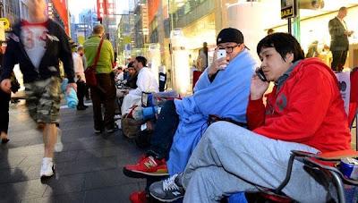 clientes acampan en japon para tener un nuevo iphone 5s