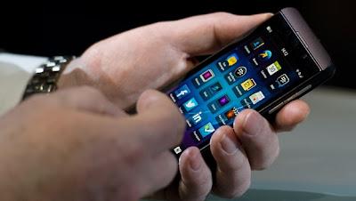 (CNN) — Si no se produce el clásico sonido al teclear, ¿es realmente un BlackBerry? La empresa detrás del teléfono que solía encabezar el mercado lo afirma y está apostando una buena parte de sus cada vez más escasas fichas a que tanto los usuarios nuevos como los devotos coincidirán. El miércoles, Research in Motion (que para cuando terminó el evento era llamada simplemente BlackBerry) presentó BlackBerry 10, una renovación completa a su sistema operativo móvil. Con ella, llegaron dos teléfonos nuevos. El BlackBerry Q10 incluye el teclado físico que la mayoría de los usuarios, o antiguos usuarios, consideran un