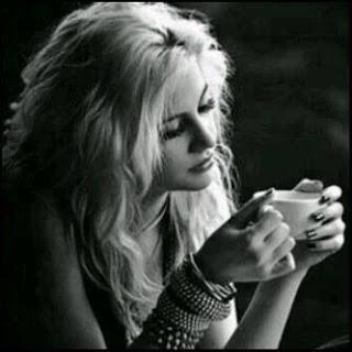 كيف تعاتب اصدقائك ومن تحبهم  - امرأة بنت فتاة تشرب قهوة عصير مشروب