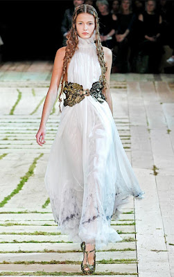 Alexander-McQueen-Dresses-Spring-2011-Kristina-Romanova