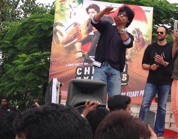 http://4.bp.blogspot.com/-wLjGr-gYegM/Ug3GU3G-tCI/AAAAAAABgDE/090Ks0SIFQw/s1600/SRK+Celebrates+Independence+Day+&++Visits+Maratha+Mandir+(4).jpg