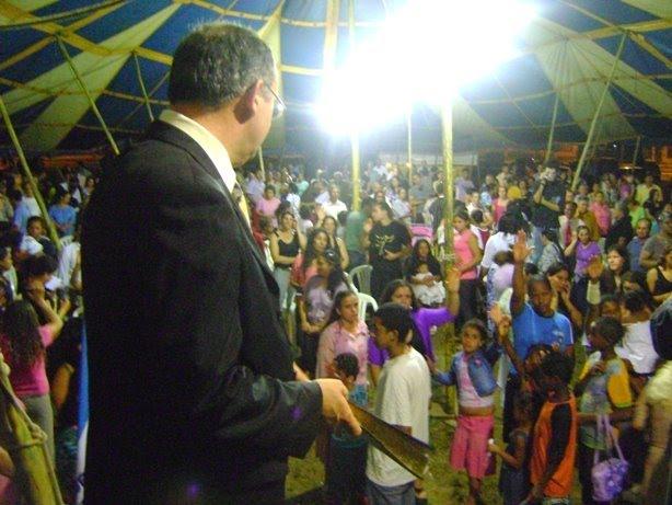 Pr. Alvaro Braun ministrando a palavra de Deus na cidade de Charqueadas.