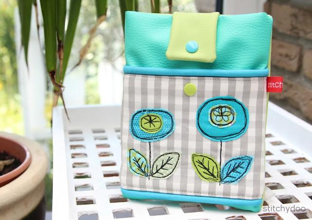 eReader Tasche mit Blumenapplikation, passend für den Kindle Paperwhite