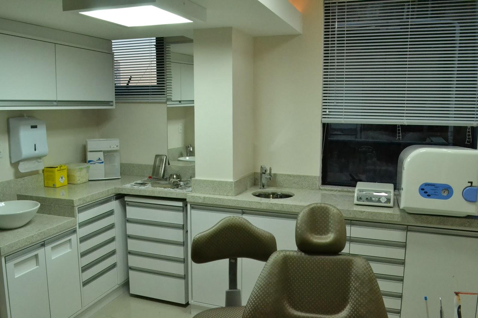 #2A4E73 Brisolara & Spolti Arquitetas Associadas: Consultório Odontológico 1600x1066 px projeto banheiro adaptado