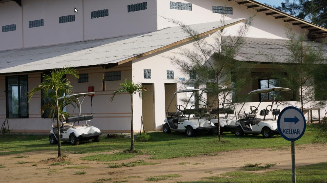 Beberapa fasilitas permainan di pantai Lamaru