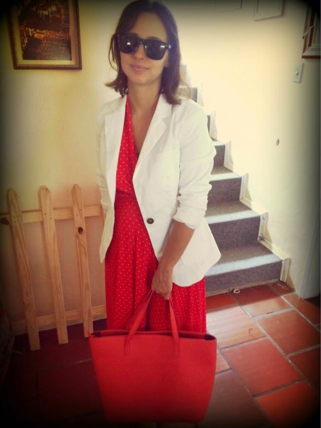 vestido vermelho e blazer branco