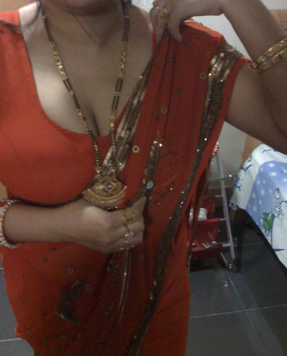 Real Life Aunty Boobs Clevages Navel Picture Gallery