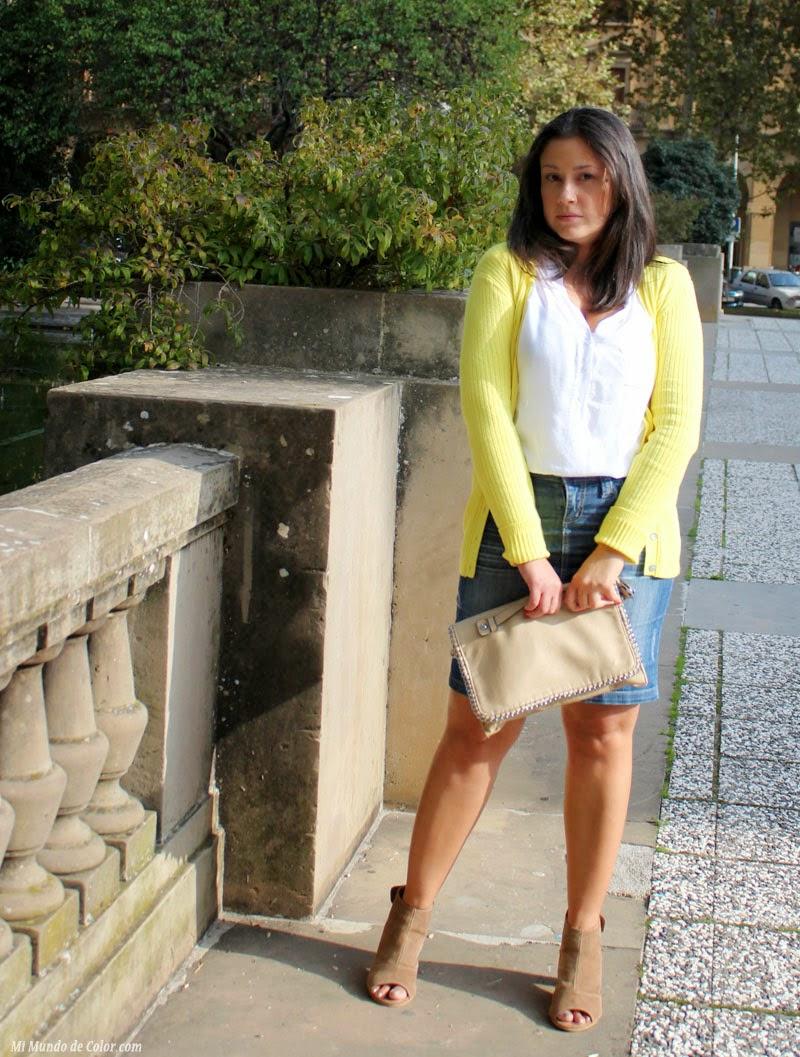 jersey amarillo, falda lapiz de jeans para look casual