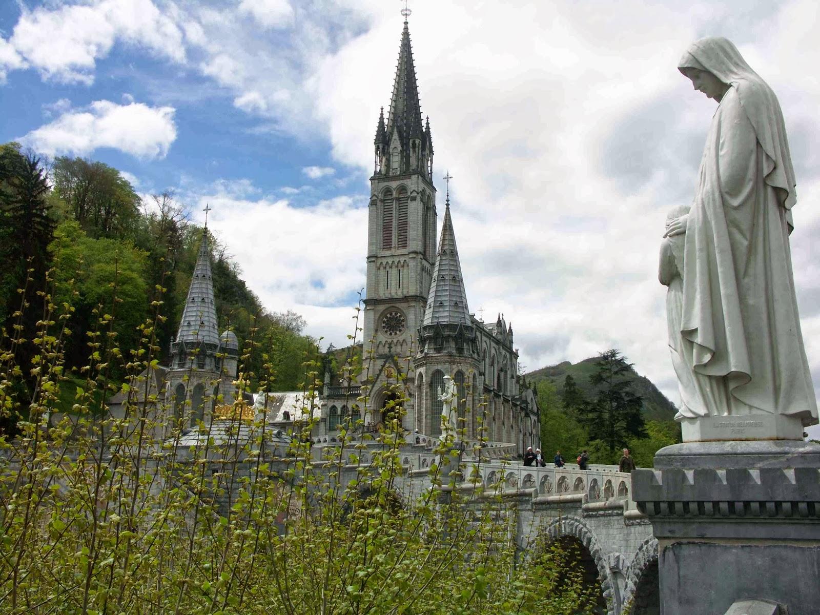 Santuari de Lourdes amb la verge de Lourdes a mà dreta