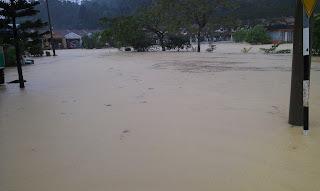 http://4.bp.blogspot.com/-wNbAo9bqQWM/UNq3g1CJp6I/AAAAAAAAGsI/oIzsXHc8tJI/s1600/gambar-banjir-di-Kuantan-7.jpg