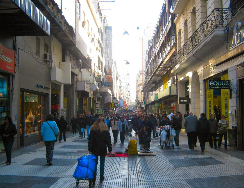 O calçadão da Calle Florida em Buenos Aires: a rua mais famosa da Argentina não permite o trânsito de automóveis, em favor dos pedestres.