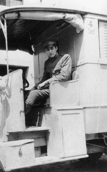 Hemingway a bordo de una ambulancia en la segunda guerra mundial.