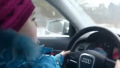 Menina de 8 anos a conduzir um carro na Rússia
