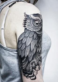Significado da tatuagem de coruja no braço feminino