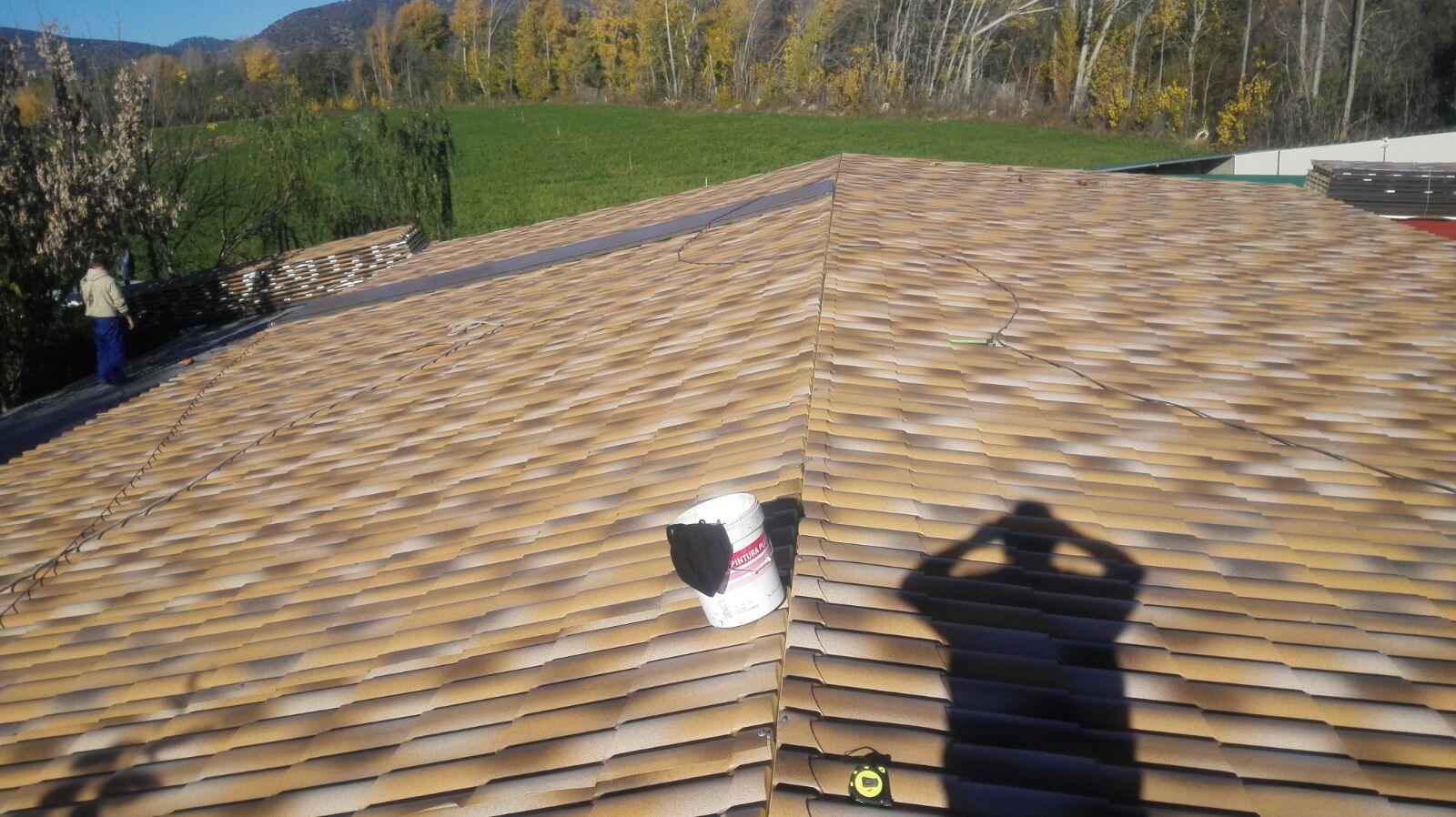 Cubierta sobre pergola de madera con panel sandwich for Tela asfaltica para tejados de madera