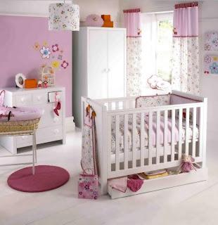 cuarto de bebé en blanco y rosa