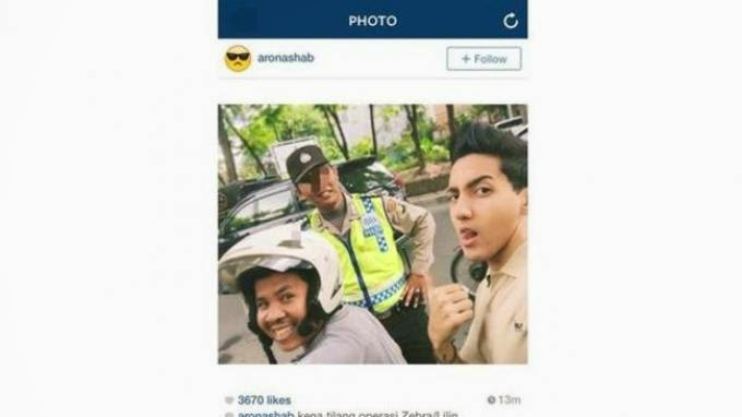 Foto Selfie Kece  Aron Ashab Bareng Polisi