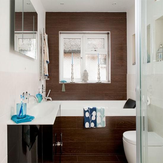 Интерьер небольшой ванной комнаты с деревянной отделкой