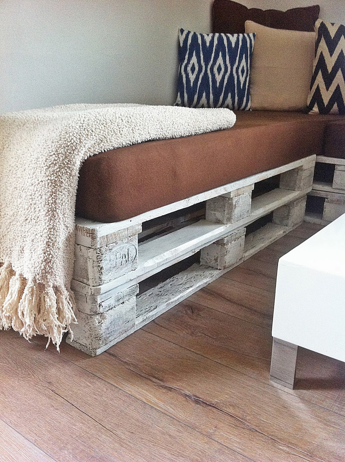 paletten sofa wohnzimmer:die Paletten einfach grob mit weißem Lack bepinselt