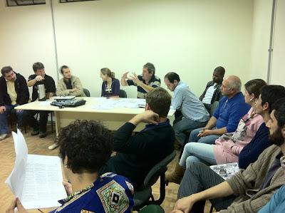 Professores da Unipampa São Borja em assembleia no campus, sentados em círculo numa das salas de aula