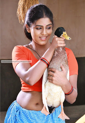 tamil actress iniya deep navel show in lungi blouse