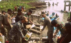 Aparat Gabungan Sweeping Miras di Pelabuhan Agats
