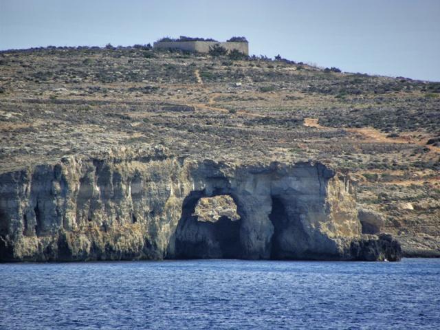 Vista de la isla de Comino desde el ferry de Malta a Gozo