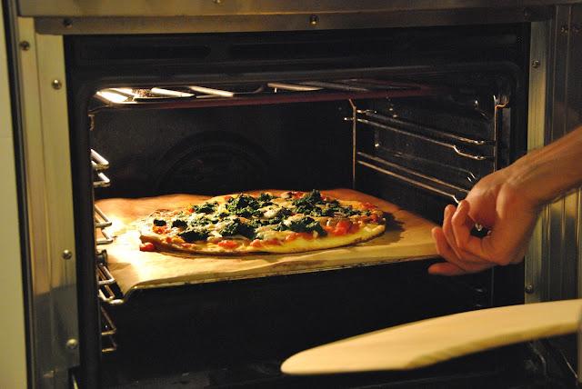 Pizza auf dem Pizzastein gebacken