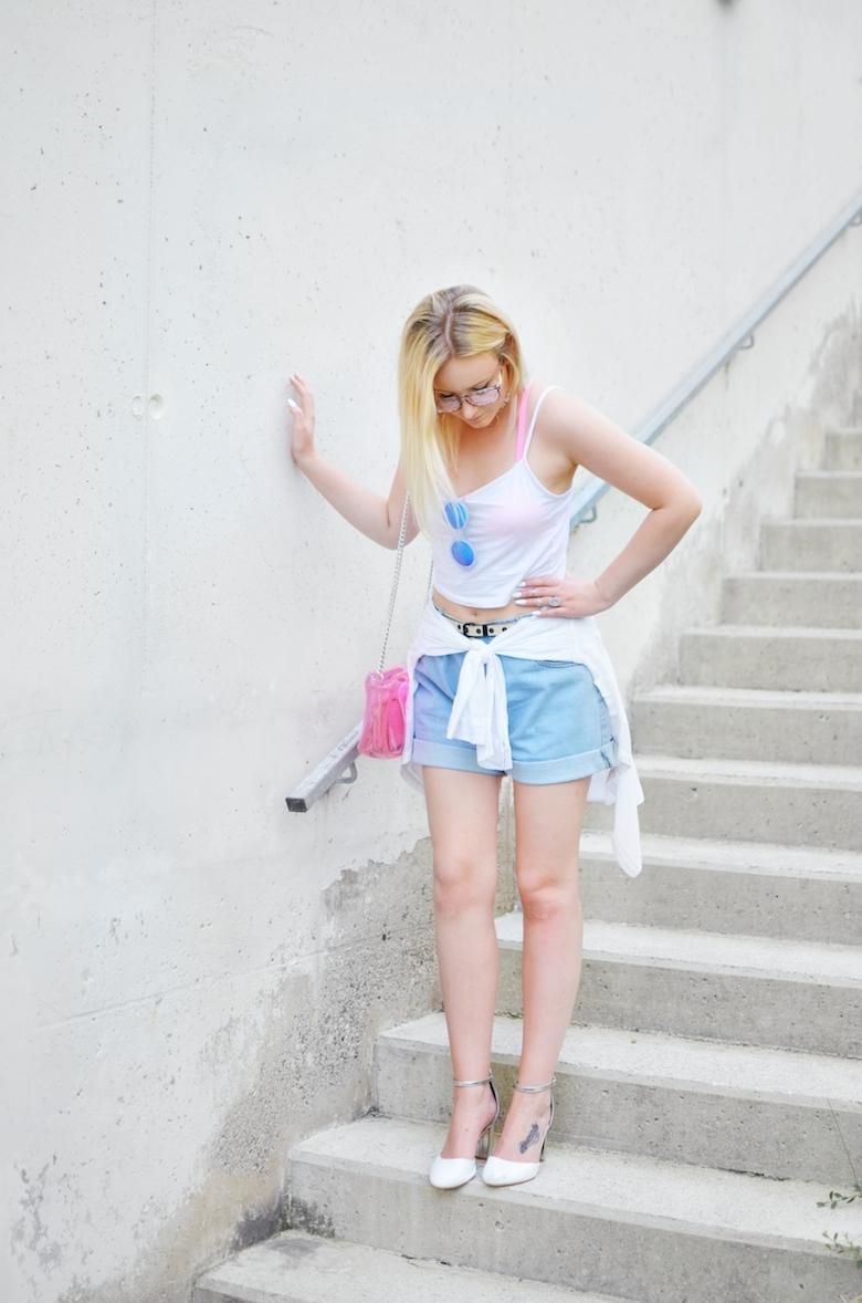 Outfit_Jeans_Shorts_weißes_Crop-Top_pinke_transparente_Tasche_ViktoriaSarina