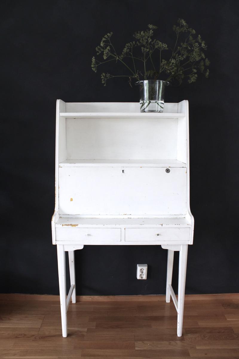 valkoinen vintage piironki