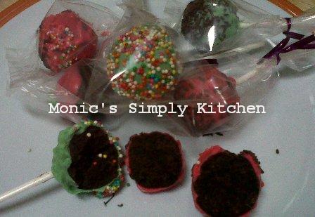 Membungkus brownies pop dengan plastik