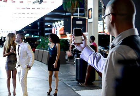 Fotos de Wisin & Yandel con sus Teléfonos HTC Status