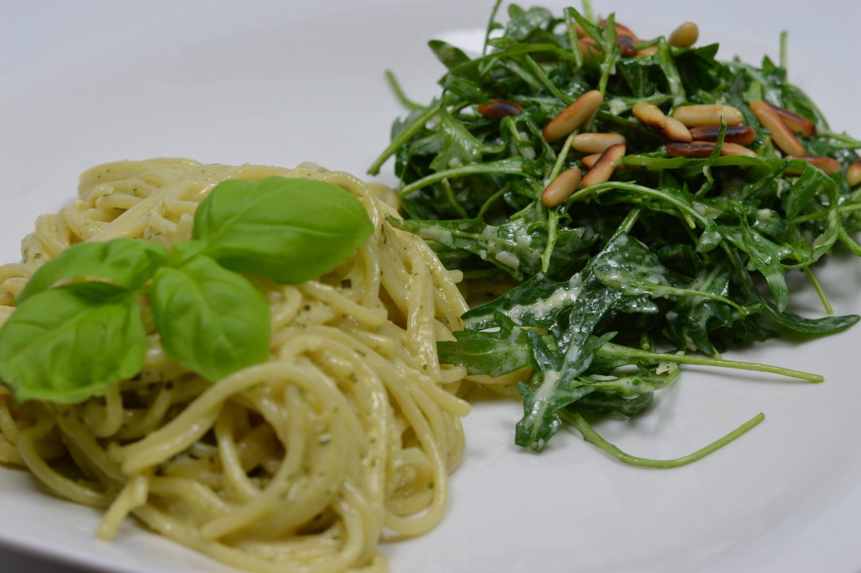 Spaghetti mit Pesto und Rucolasalat