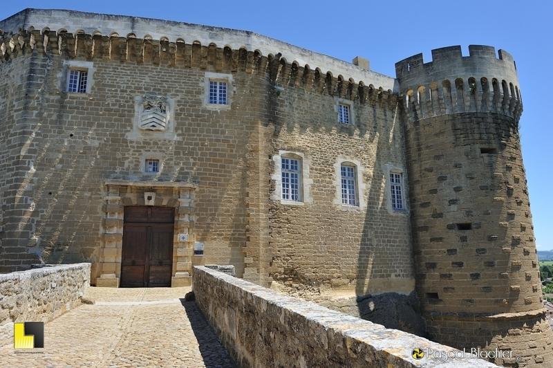 entrée principale du château de suze la rousse photo blachier pascal