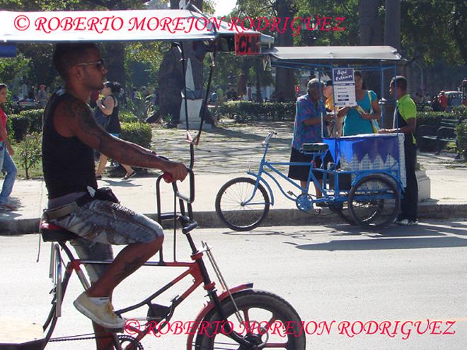 Cubanos comprando en un carrito de helados en La Habana.