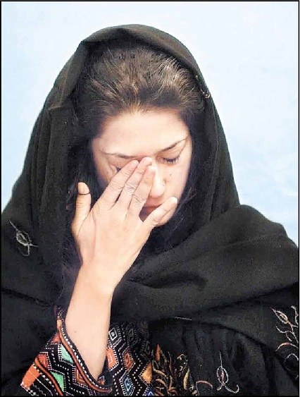 Fatima Bhutto Crying On Death of Grandmother Photo
