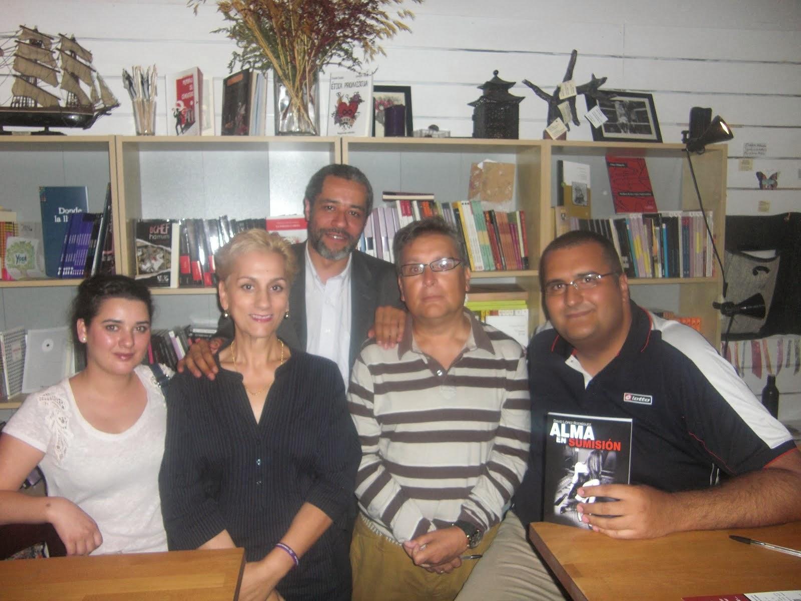 Con compañeros autores y editor de mi próxima novela.