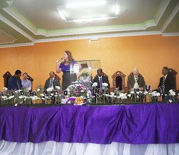 Pregando na festividade dos adolescentes