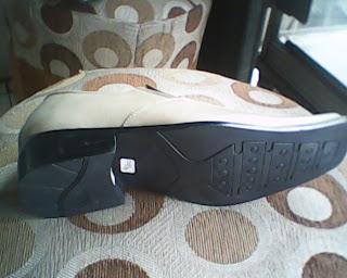 sepatu bally cream yang dilihat dari bawah