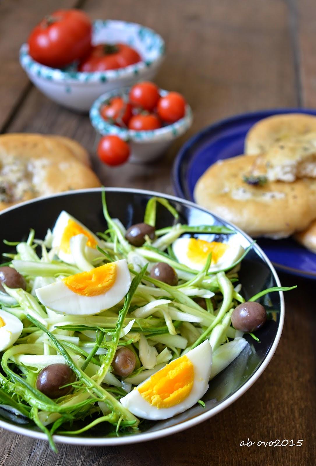 Insalata di puntarelle e uova sode con focaccine all'acciuga
