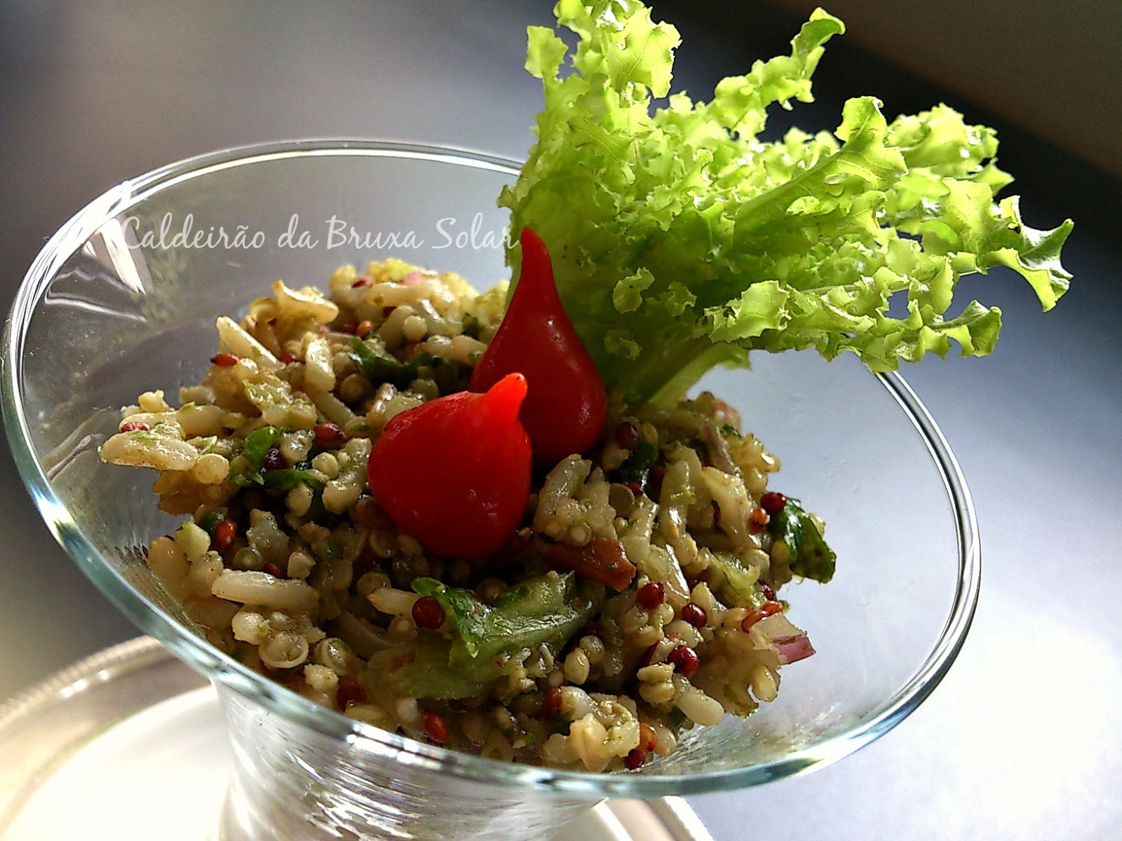 Salada de grãos ao molho de pesto de alface e pecãs