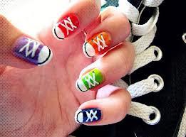 Diseño de uñas pintadas de converse