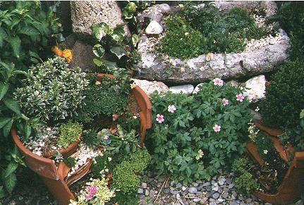 composición-maceta-rota-reciclada-flores