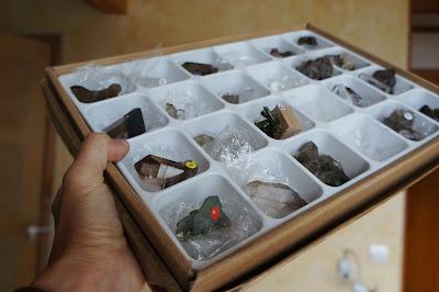 Boîte remplie de cristaux et minéraux alpins
