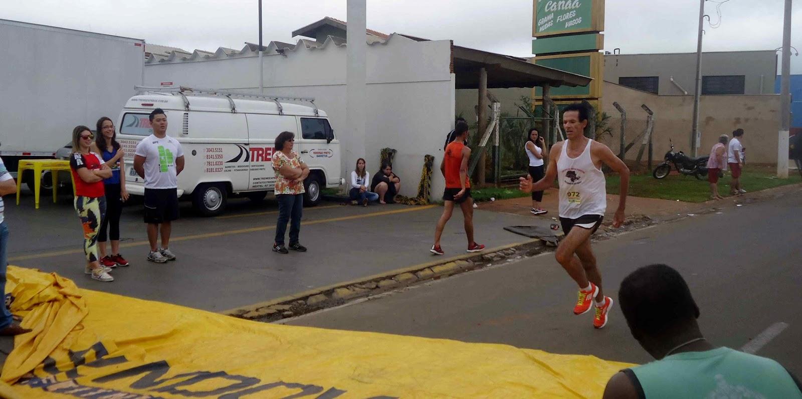 Foto 70 da 1ª Corrida Av. dos Coqueiros em Barretos-SP 14/04/2013 – Atletas cruzando a linha de chegada