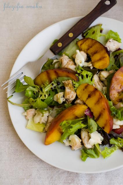 Sałatka z gorgonzolą, kurczakiem i grillowanymi nektarynkami