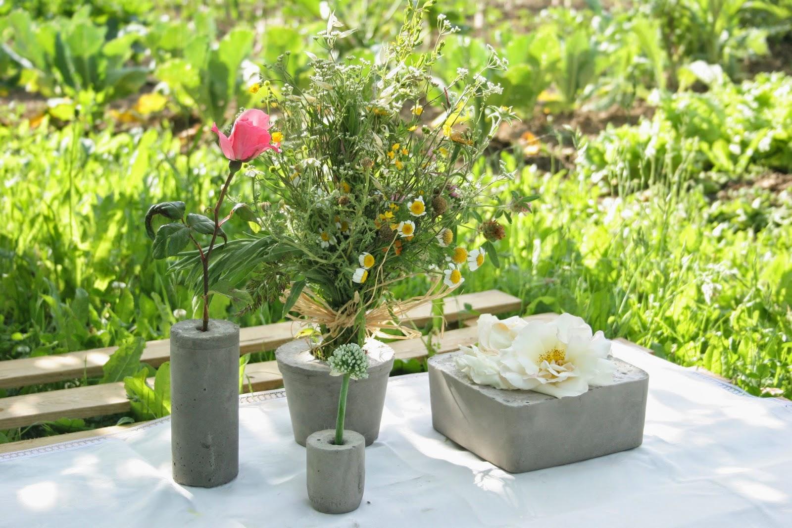 Decorando la mesa del picnic del huerto con un palet y los diy floreros de cemento
